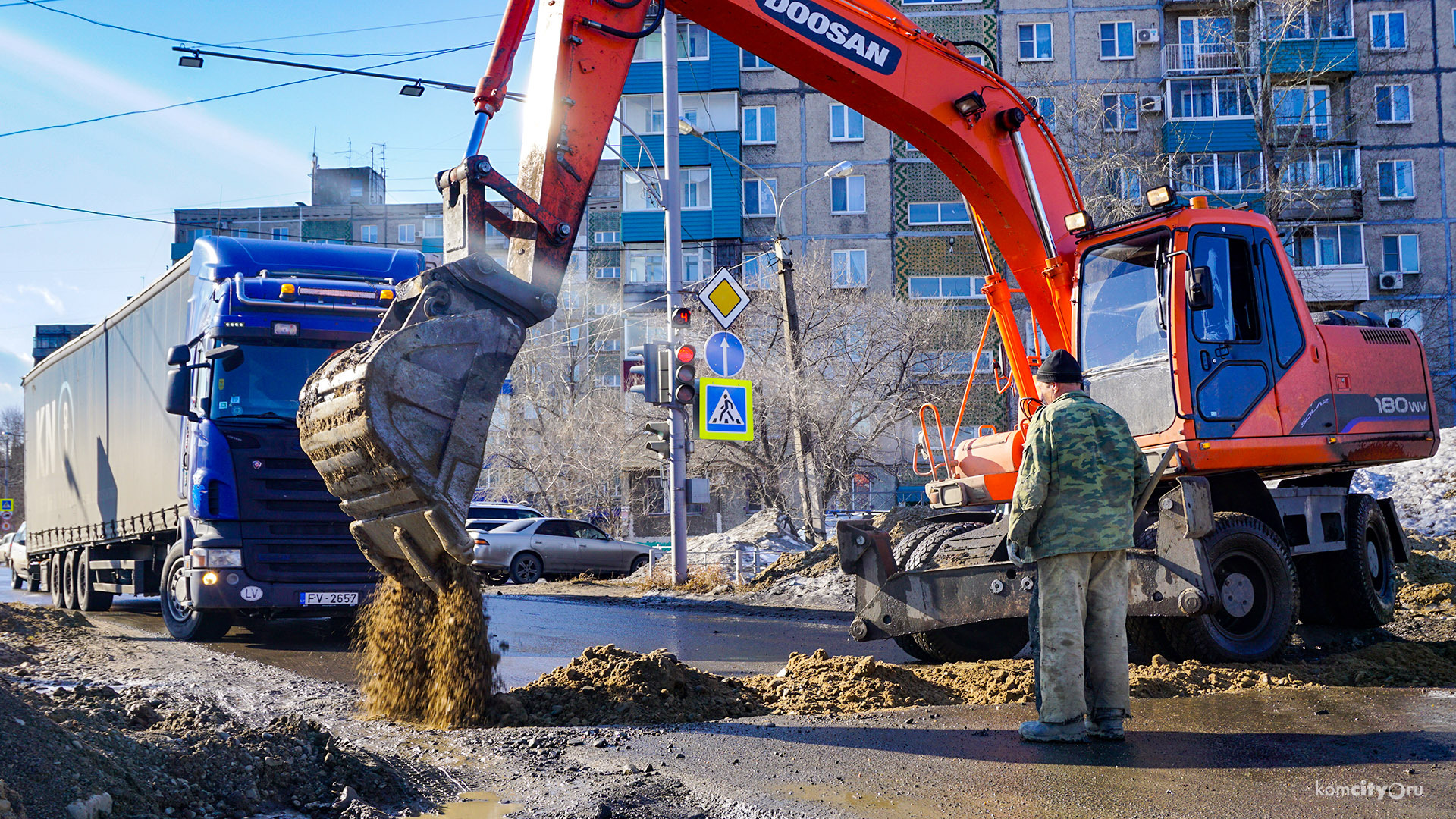 Растаявшая траншея на свежеотремонтированной улице стала причиной утренней пробки в Комсомольске-на-Амуре