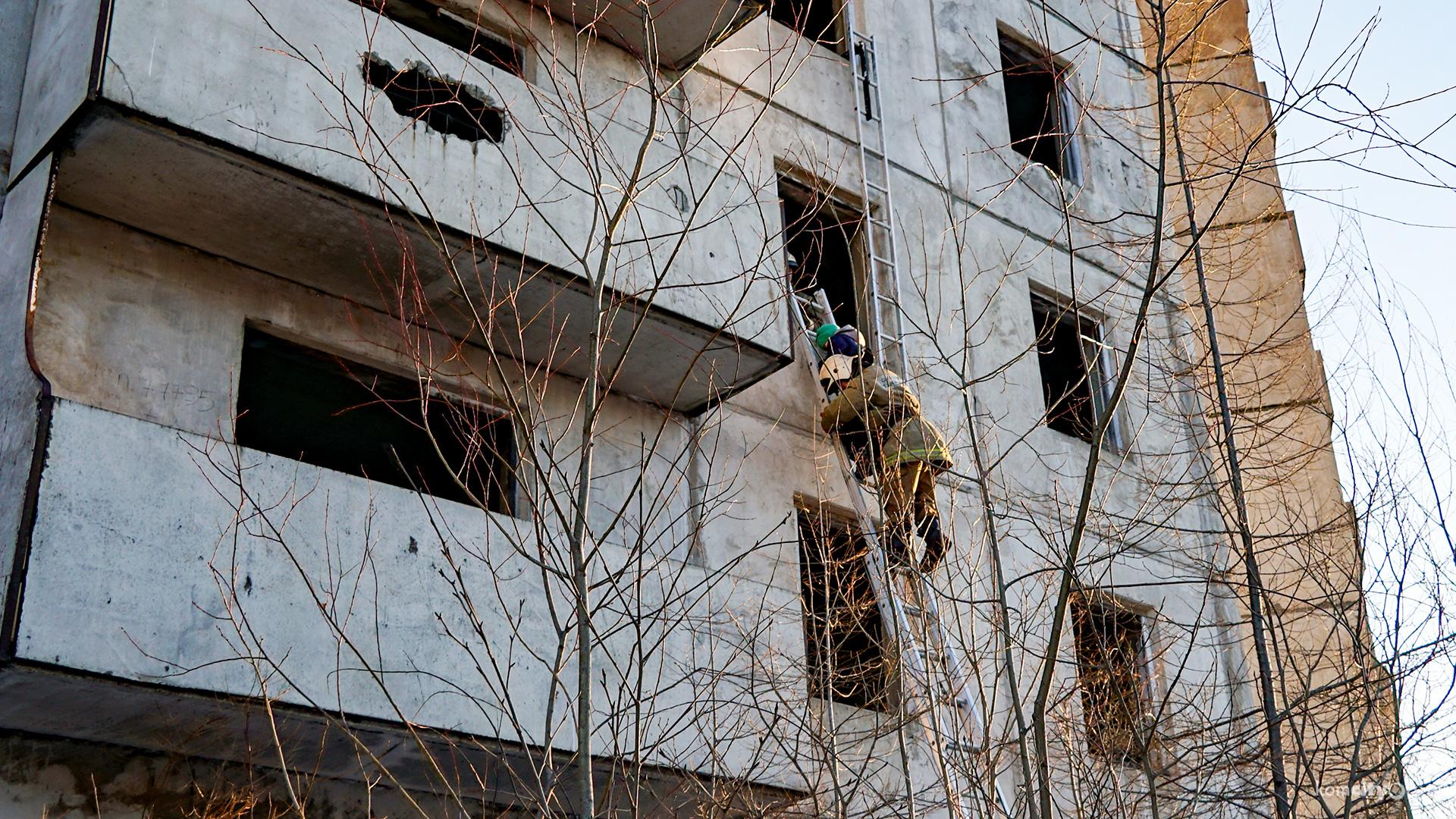 Из недостроенной многоэтажки в Комсомольске-на-Амуре эвакуировали застрявших после обрушения лестницы людей